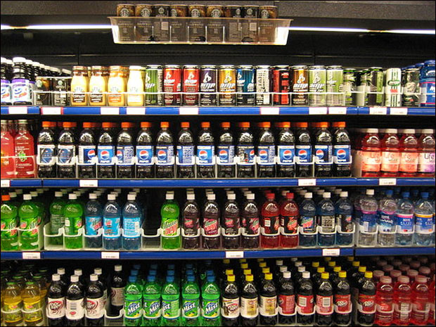 Soft drinks should carry tobacco-style warnings that sugar is highly addictive and dangerous, a senior Dutch health official has warned.