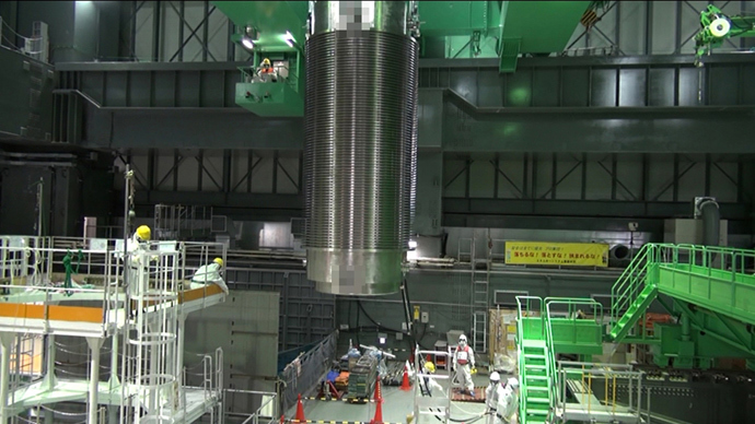 Cask of nuclear fuel rods being transferred from a spent fuel pool of the unit four reactor building of TEPCO's Fukushima Dai-ichi nuclear plant at Okuma town in Fukushima prefecture on November 21, 2013. (AFP Photo / TEPCO)