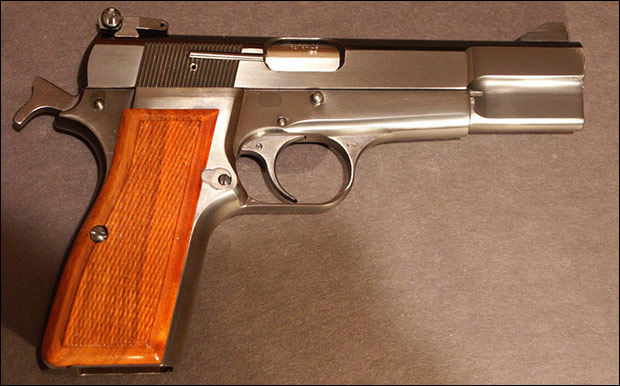 Chicago residents may soon purchase firearms such as this classic Browning Hi-Power with target sights.  Credit: Steve Z via Wiki