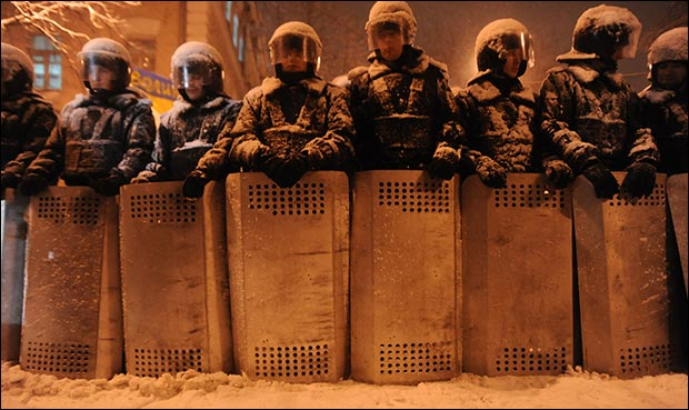 A line of riot officers standing in heavy snow. Credit: Mstyslav Chernov via Wiki