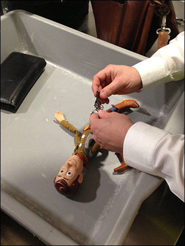"""""""Reach for the sky!"""" airport security disarms toy doll. / Photo: imgur.com"""