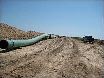 Pipes for the Keystone Pipeline / photo:  shannonpatrick17, Wikimedia Commons