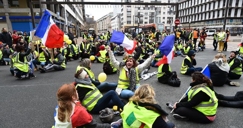 EU Armored Vehicle Damages Arc de Triomphe in Paris