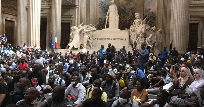 Over 700 'Black Vest' Migrants Occupy Paris Pantheon Demanding Citizenship