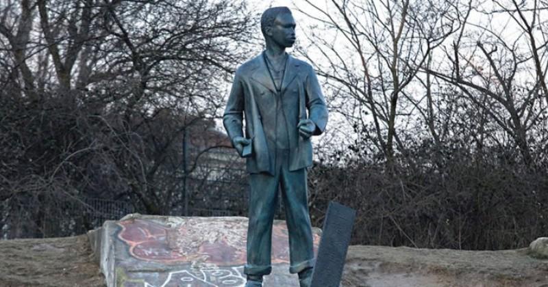 Berlin Artist Creates Statue to Honor Migrant Drug Dealers