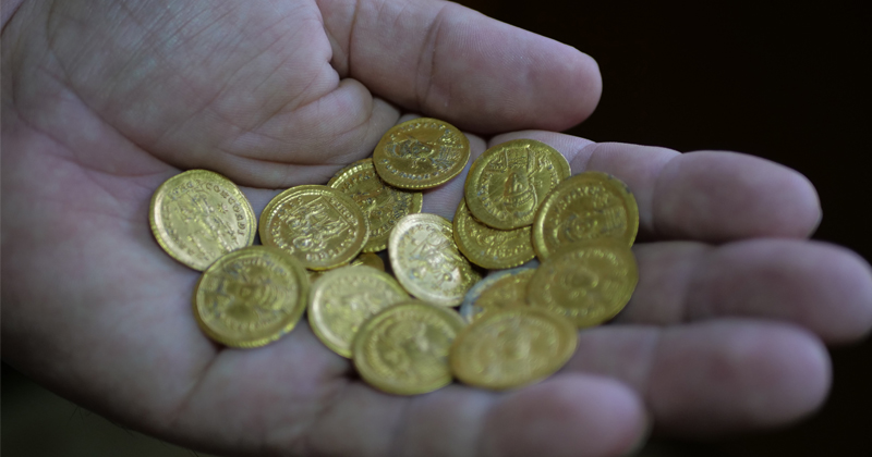 Skeptical Traders Favoring Physical Gold Over Stocks