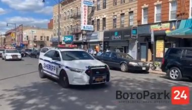 New York: Cops Enforce Social Distancing Despite Riots Just 2 Miles Away