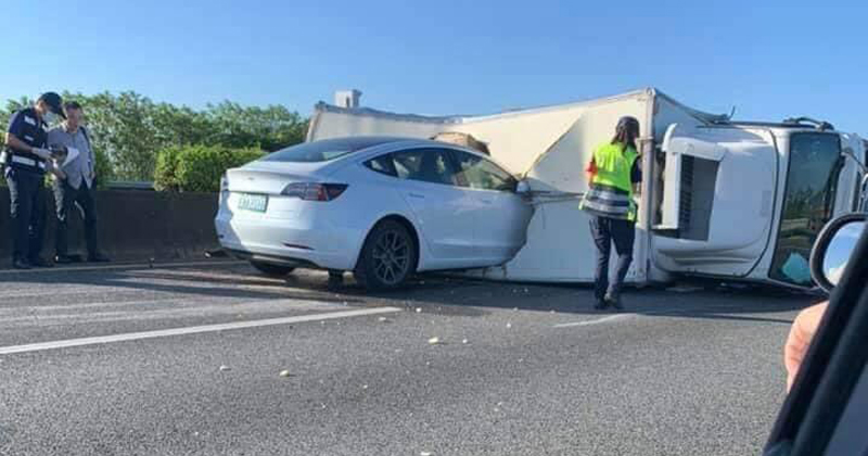 Caught On Video: Tesla Drives Straight Into Overturned Truck At Full Speed