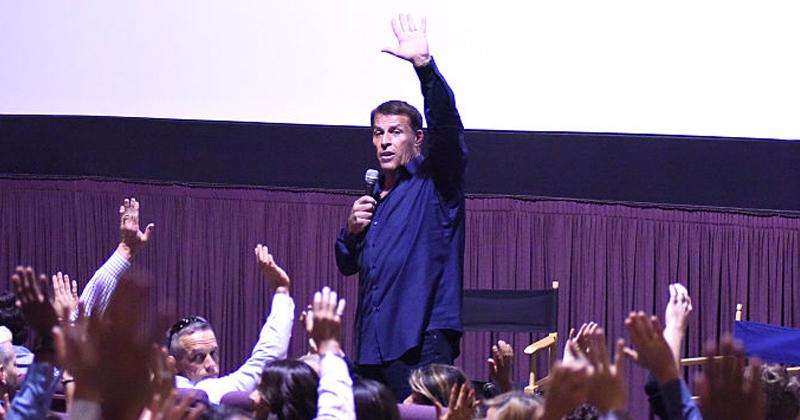 Self-Help Guru Tony Robbins Promotes Infowars Report on COVID Testing Scandal