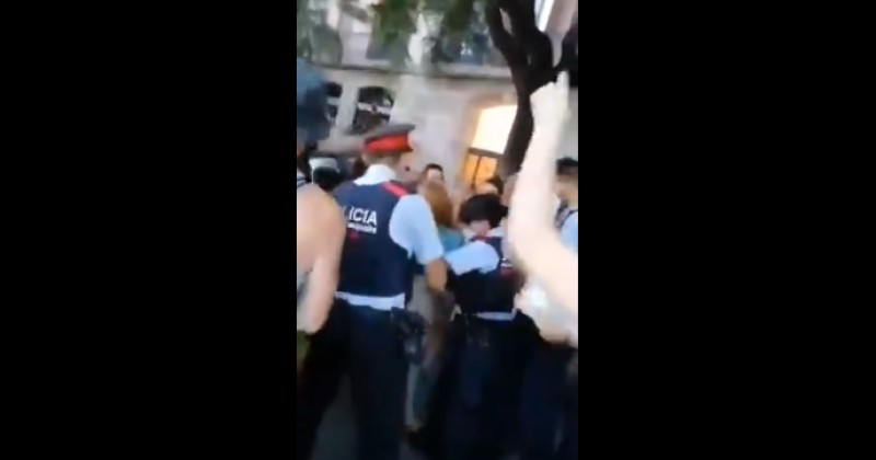 Spain: Citizens Stop Police From Arresting a Woman For Not Wearing a Mask
